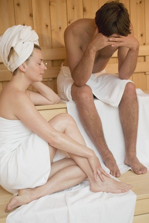 25 to 30 year olds: Man and woman sitting in a sauna LANG_EVOIMAGES
