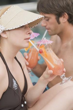 jardineras: El hombre y la mujer bebiendo ponche de Planter en la piscina