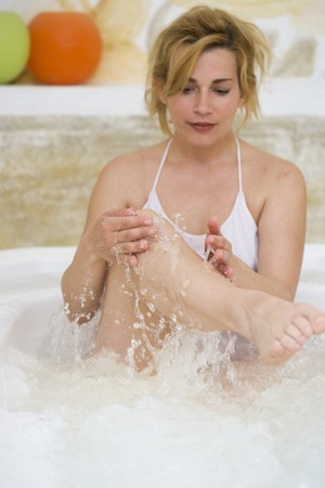 35 to 40 year olds: Blond woman sitting in jacuzzi LANG_EVOIMAGES