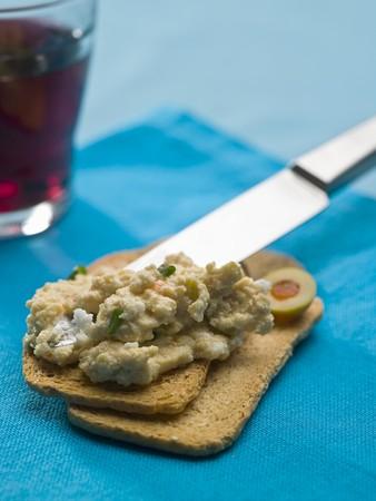 melba: Huevo revuelto con los pescados en tostadas Melba