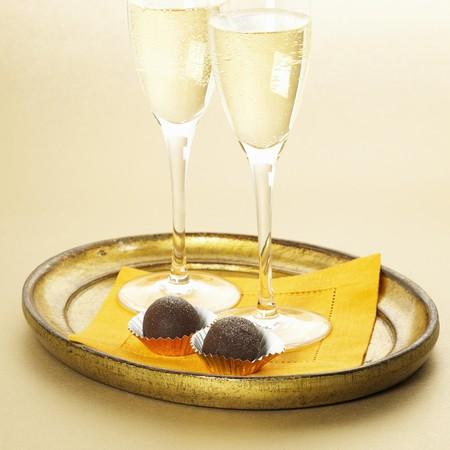 trufas de chocolate: Dos copas de champ�n con dos trufas de chocolate oscuro