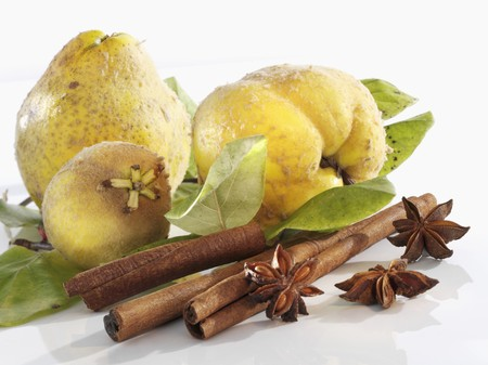 quinces: Quinces, cinnamon sticks and star anise LANG_EVOIMAGES