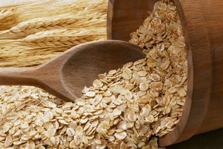 avena en hojuelas: Copos de avena con cuchara de madera y orejas de cereales LANG_EVOIMAGES