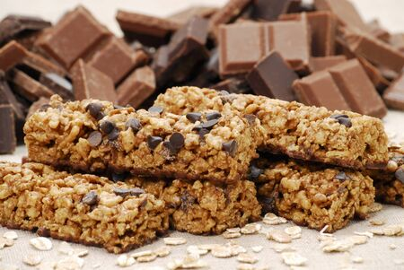 choco chips: Muesli bars with chocolate chips and pieces of chocolate