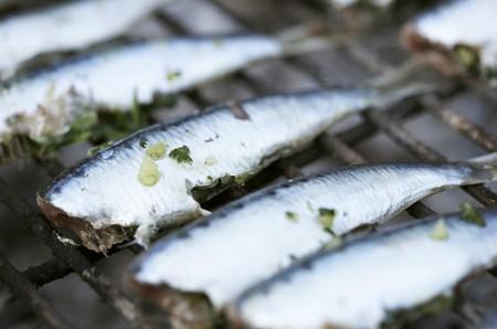 sardine: Sardine alla griglia sulla griglia cremagliera