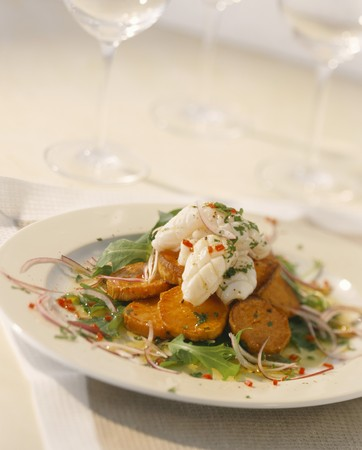 barbecues: Sweet potato and rocket salad with grilled squid tubes LANG_EVOIMAGES