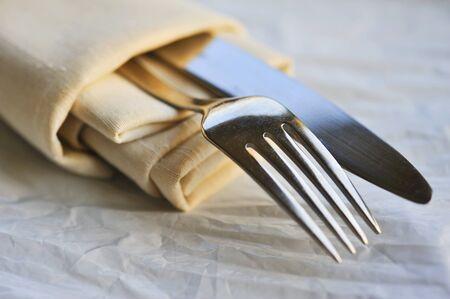 Serviette: Servilleta de tela con un cuchillo y tenedor