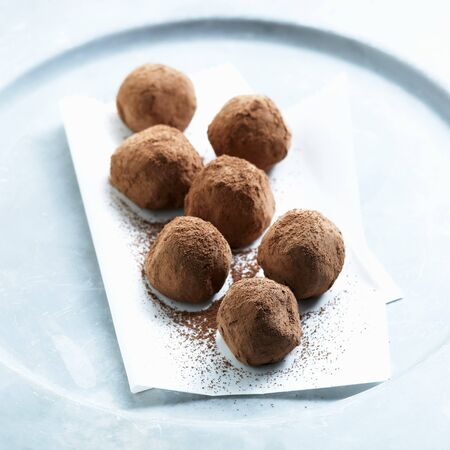 trufas de chocolate: Trufas de chocolate recubiertos de polvo de cacao