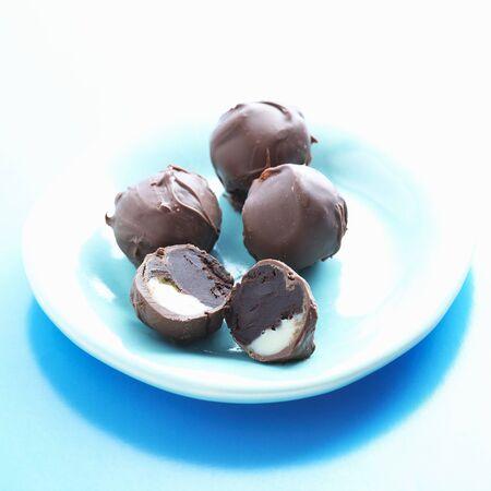 trufas de chocolate: Trufas de chocolate triples; Una partida en dos; Leche, Blanco y Chocolate Negro LANG_EVOIMAGES