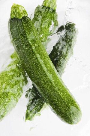 cocozelle: Three courgettes in water