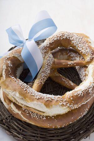 mo�o blanco: Dos pretzels salados con arco azul y blanco LANG_EVOIMAGES