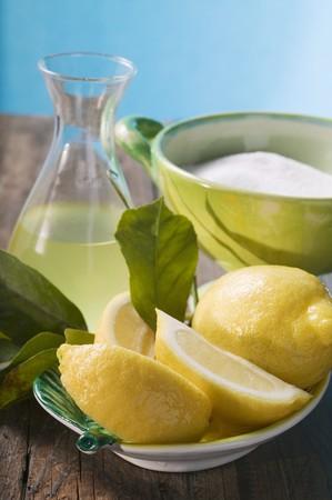 jus de citron: Fresh lemons with leaves, lemon juice and sugar