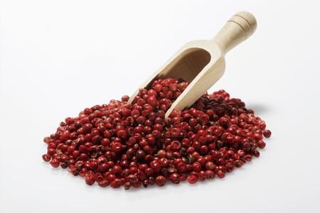 wooden scoop: Red peppercorns with wooden scoop LANG_EVOIMAGES