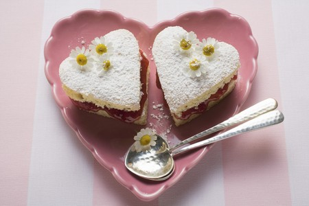 jams: Heart-shaped cakes with jam, icing sugar, daisies LANG_EVOIMAGES