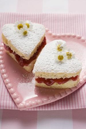 sucre glace: G�teaux en forme de coeur avec de la confiture, sucre glace, des marguerites