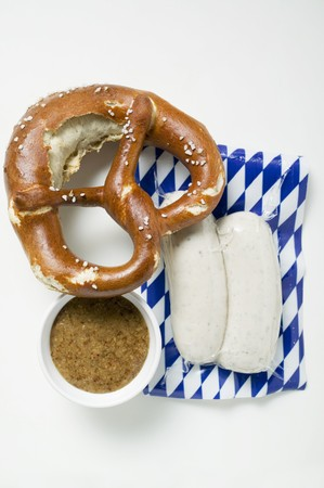shrink wrapped: Two Weisswurst in packaging, pretzel & mustard LANG_EVOIMAGES
