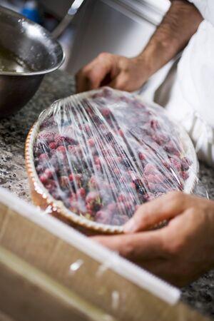 k�che: Bedecken Beerendessert mit Frischhaltefolie
