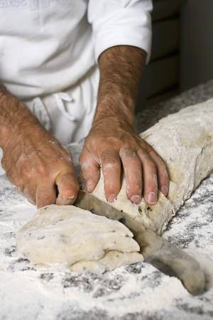 scheidingslijnen: Het maken van olijf brood (verdelen het deeg in porties) LANG_EVOIMAGES