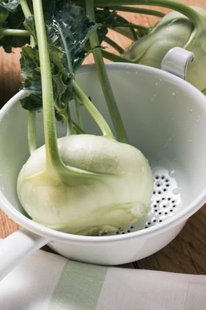 kohl: Kohlrabi with drops of water in colander LANG_EVOIMAGES