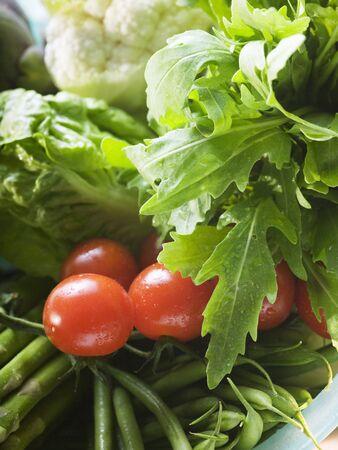 roquette: Fresh vegetables in plastic dish (close-up) LANG_EVOIMAGES