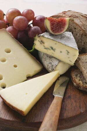 several breads: Cheese board with grapes, fig and bread LANG_EVOIMAGES