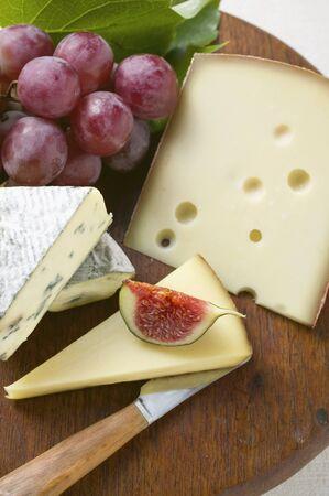 tabla de queso: Tabla de quesos con higos y uvas