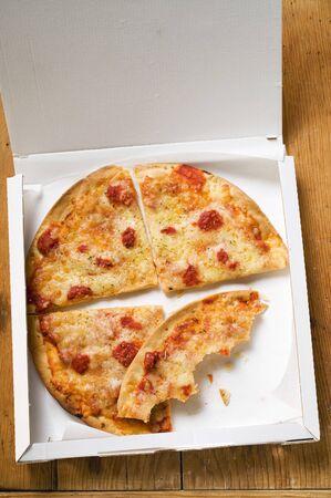 pizza box: Pizza Margherita, en rodajas en caja de pizza LANG_EVOIMAGES