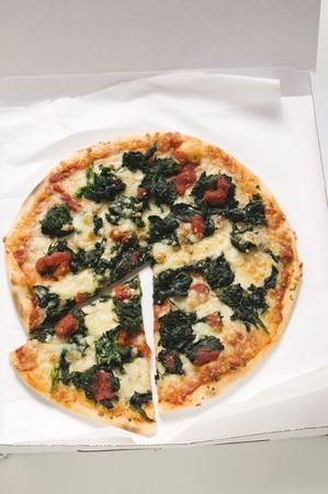 pizza box: La espinaca, tomate y queso de pizza en la caja de la pizza