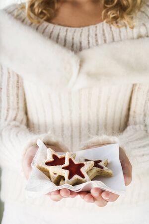 jam biscuits: Ragazza in possesso di marmellata biscotti su un tovagliolo LANG_EVOIMAGES
