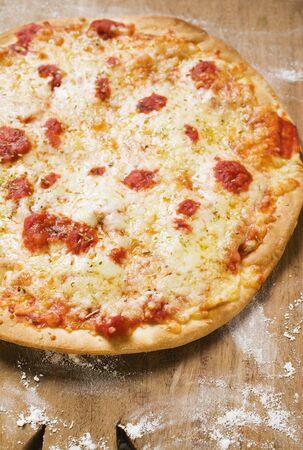 まな板: Pizza Margherita on chopping board