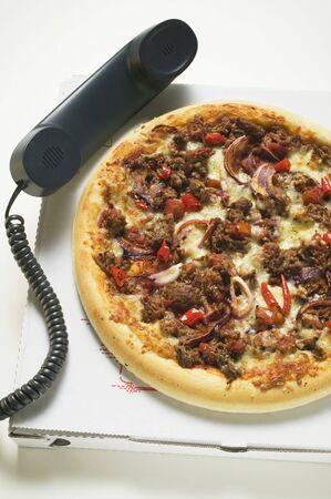pizza box: Picar la cebolla y pizza en caja de la pizza con el auricular del tel�fono LANG_EVOIMAGES