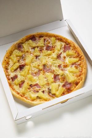 pizza box: La pizza hawaiana con jam�n y pi�a en caja de pizza