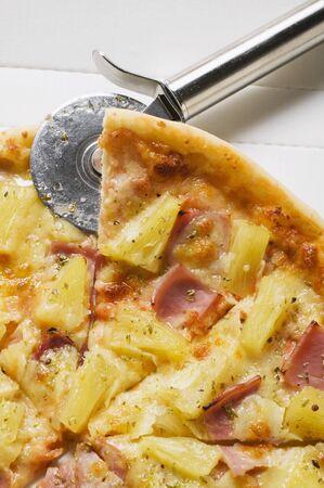 pizza box: Pizza Hawaiana, rebanados, en caja de la pizza con el cortador de pizza LANG_EVOIMAGES