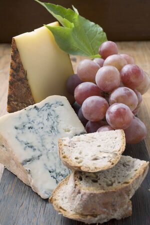 appenzeller: Pieces of Appenzeller and blue cheese, red grapes, bread LANG_EVOIMAGES