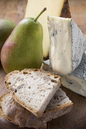 several breads: Pieces of Appenzeller and blue cheese, pears, bread LANG_EVOIMAGES