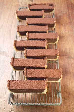 chocolate tart: Rectangular chocolate tart with cocoa powder (in pieces)