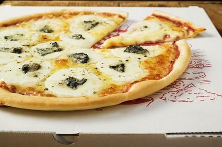 pizza box: Estilo americano de tres quesos pizza en caja de pizza