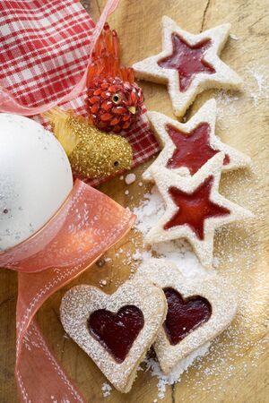 jam biscuits: Cuore-e marmellata biscotti a forma di stella