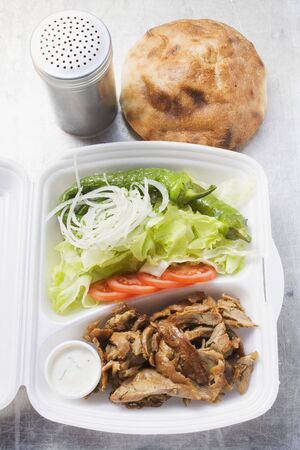 ner: D�ner kebab with salad in lunch box