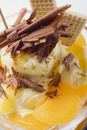 ice cream sundae: Fruity ice cream sundae with apricots & chocolate shavings LANG_EVOIMAGES