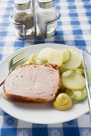 pastel de carne: Leberkse (tipo de pastel de carne) con mostaza y ensalada de patata en un plato