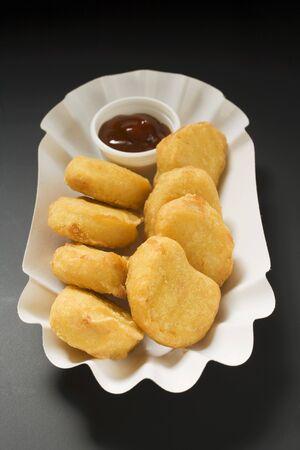 nuggets de poulet: Nuggets de poulet avec une trempette dans un plat de papier LANG_EVOIMAGES
