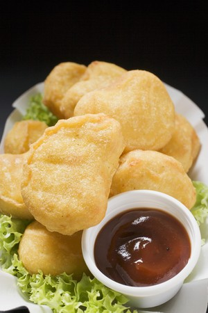 nuggets de poulet: Nuggets de poulet avec une trempette sur les feuilles de laitue