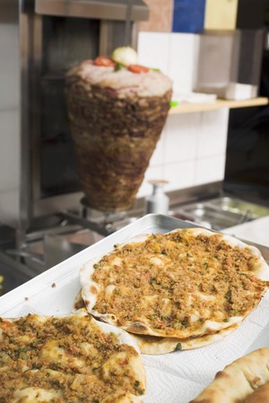 casse-cro�te: Pizza � la viande hach�e dans un snack-bar (Turquie) LANG_EVOIMAGES