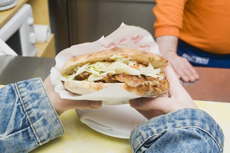 casse-cro�te: Mains tenant Adner kebab dans un snack-bar LANG_EVOIMAGES