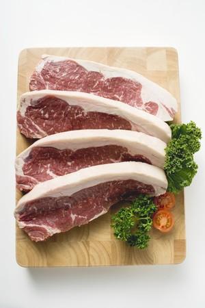まな板: Sirloin steaks on chopping board LANG_EVOIMAGES