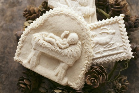 figurative: Assorted Springlerle cookies on wreath of pine cones LANG_EVOIMAGES
