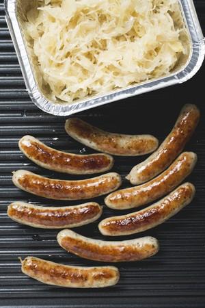 chorizos asados: Salchichas a la parrilla desde arriba, sauerkraut en envase de aluminio