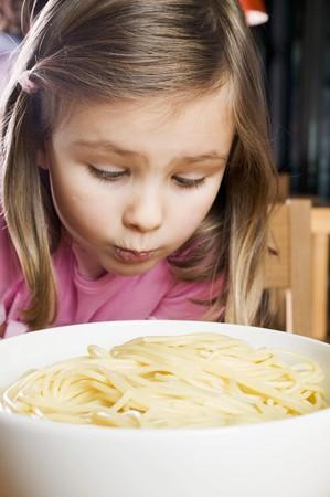 sadly: Ragazza guardando tristemente spaghetti cotti