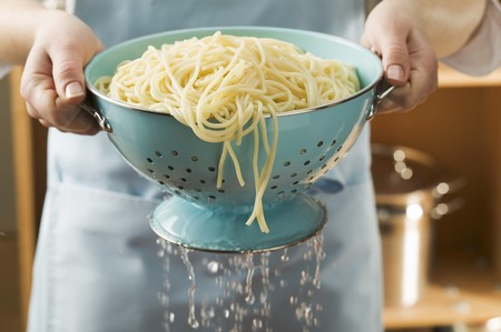 draining: Draining cooked spaghetti LANG_EVOIMAGES